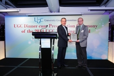 Prof Charles Kwong receives the award from Mr Edward Cheng.