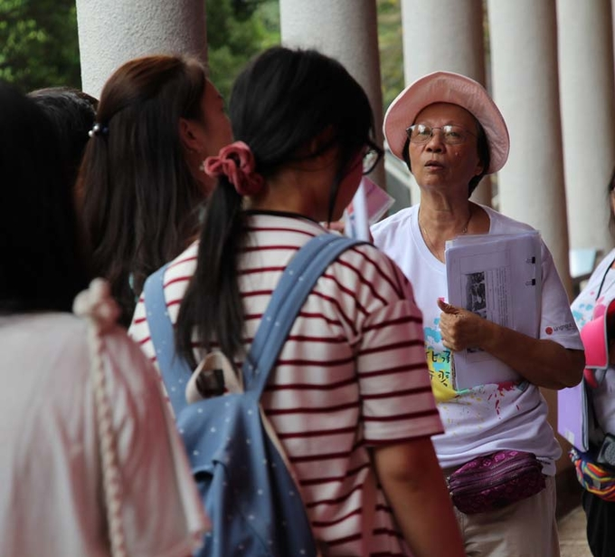 Guided campus tour that integrates with service-learning