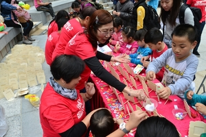 Lingnan student volunteers help promote concept of happy family